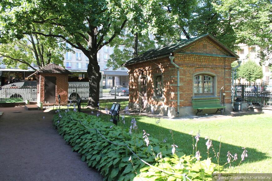 Вот так выглядит территория возле домика Петра I: скромно и уютно.
