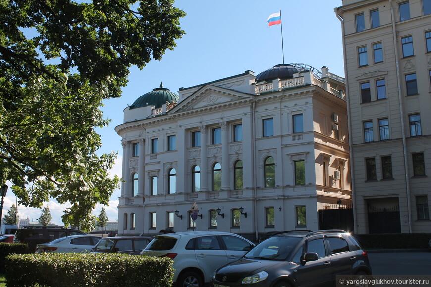 А это дворец Николая Николаевича-младшего с другой стороны. Сейчас в нём размещается резиденция полномочного представителя Президента РФ в Северо-Западном федеральном округе.
