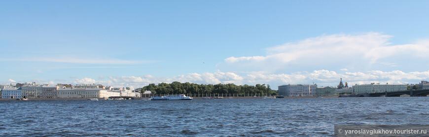 Вид на противоположный берег Невы от Ши-цза. Зелёный островок в центре — это Летний сад.