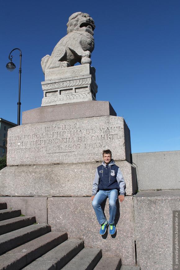 "На постаменте Ши-цза написано: ""Ши-цза из города Гирина в Маньчжурии перевезена в Санкт-Петербург в 1907 году. Дар генерала от инфантерии Н. И. Гродекова""."