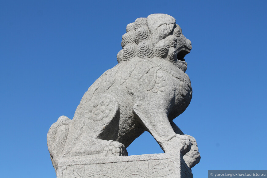 В Китае подобные львы означают следующий смысл: лев в лапе держит шар, символизирующий буддийское знание, несущий свет во тьму и могущий исполнять желания. Львица придерживает лапой львёнка.