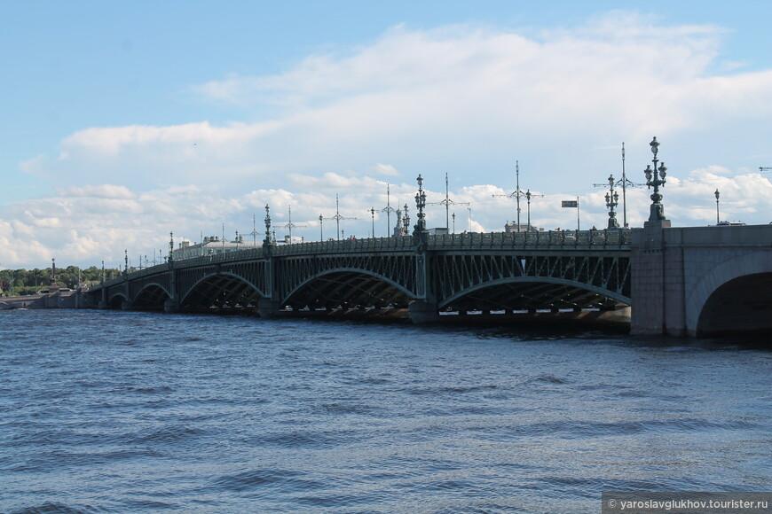 Троицкий мост через Неву. Мы двигаемся в его сторону.