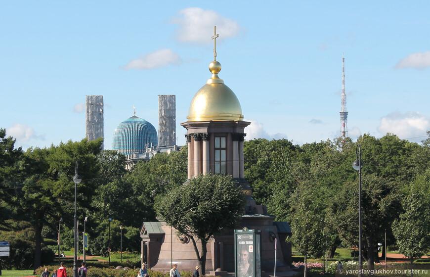 Панорама Троицкой площади. Слева видна Санкт-Петербургская соборная мечеть, в центре — Троицкая часовня, а справа — Телебашня.