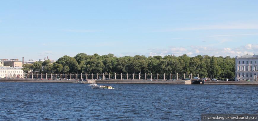 Вид на Летний сад с Троицкого моста. Это первый парк Петербурга.