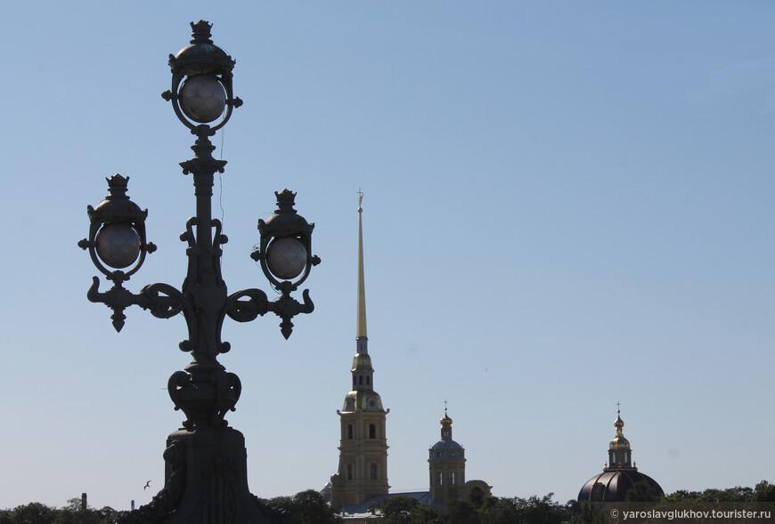 """Ажурные фонари Троицкого моста и Петропавловский собор. Как утверждает интернет, это точные копии фонарей на мосту Александра III в Париже. Поэтому эти мосты являются """"побратимами""""."""