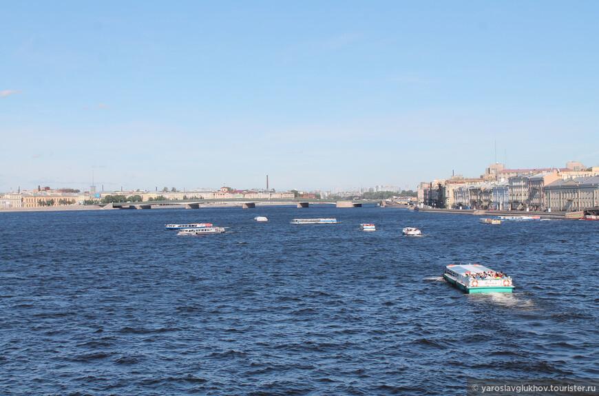 Движение на Неве интенсивное, то и дело туда-сюда снуют кораблики, трамвайчики и метеоры.