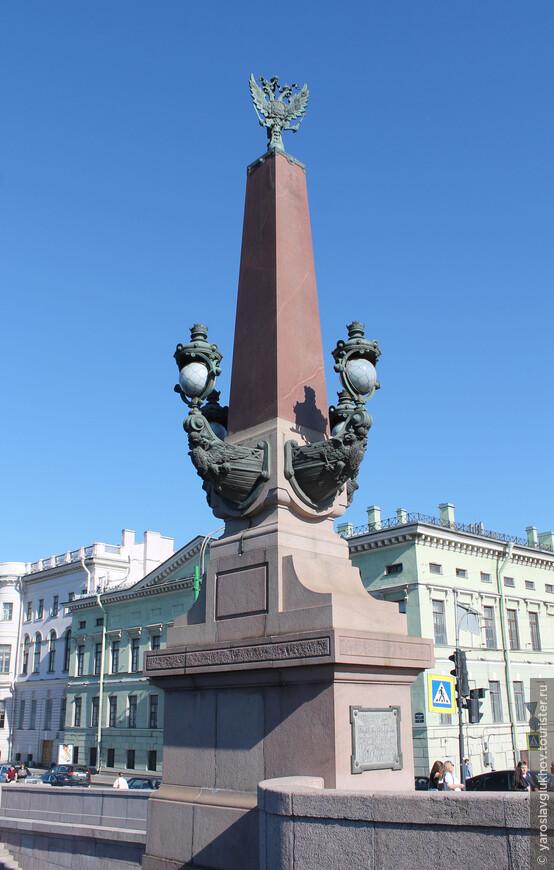 Колонна Троицкого моста с двуглавым орлом на вершине.