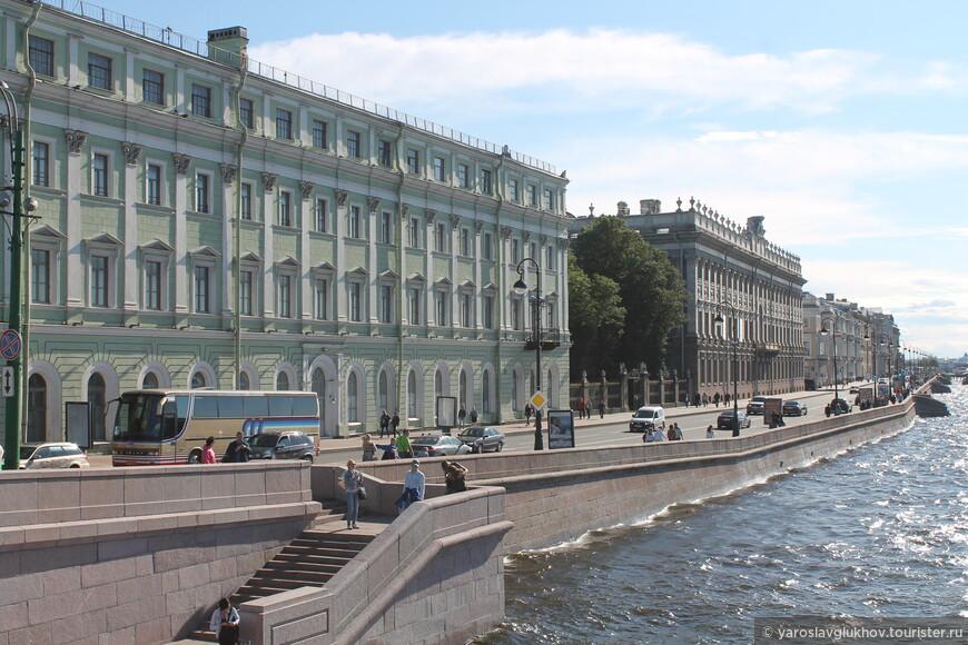 Вид на Дворцовую набережную с Троицкого моста.
