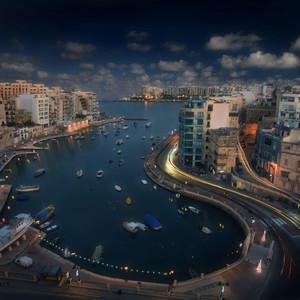 Сент-Джулианс. Мальта.    Городок назван в честь Св. Юлиана Гостеприимного, или Юлиана Бедного — покровителя путников, который, согласно преданию, потратил все свои богатства на строительство больниц, приютов и домов для странников.