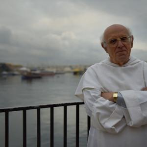 Мариус, так зовут этого почтенного служителя церкви, любезно согласился позировать.  Мы довольно долго общались. Оказывается, он учился в Москве в МГУ, правда было это очень давно……