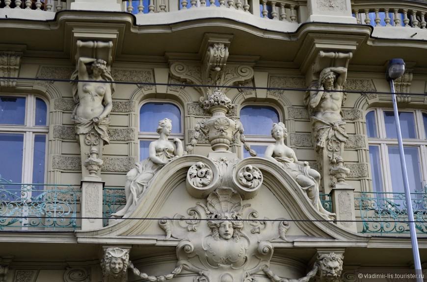 Чем ближе к Старому городу, тем больше встречаются на пути дивные шедевры архитектуры