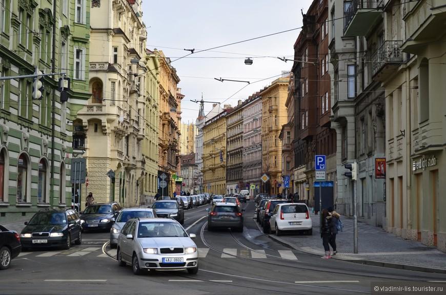 Разноцветность пражских улиц придает древнему городу некую молодость. Город очень энергичный.