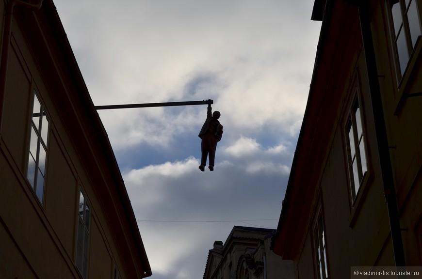 Висящий человек - памятник Зигмунду Фрейду. Вызывает двоякие чувства. Поначалу даже пугает.