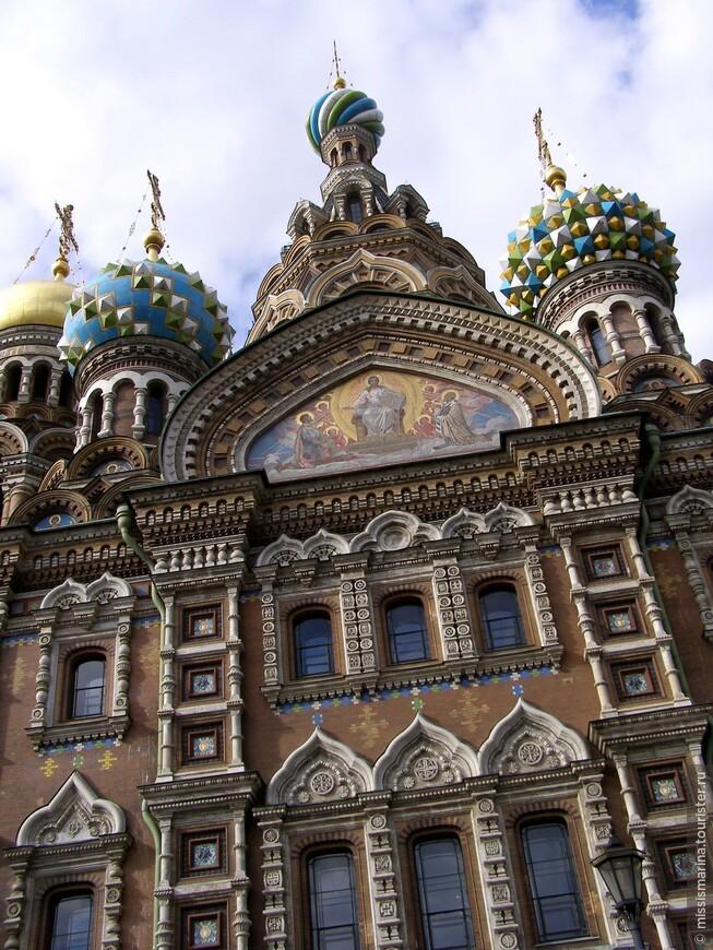 В историческом центре Санкт-Петербурга на берегу канала Грибоедова рядом с Михайловским садом расположен храм Спаса-на- Крови, является памятником погибшему императору Александру II . Высота девятиглавого храма 81 м, вместимость до 1600 человек.