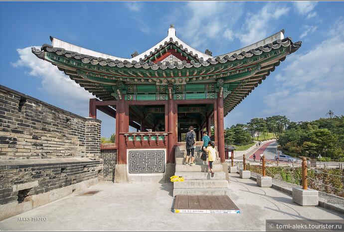 Интересно, что царь Чонджо - 22-й правитель династии Чосон - построил эту крепость, чтобы поместить сюда останки своего отца. Не правда ли, странное предназначение для явно оборонительного сооружения? Но на Сувон у корейских правителей были особые виды - сюда хотели перенести столицу всей страны. И крепость эта не обычная, и занимает по площади огромную территорию, словно небольшой город в городе. Поэтому здесь всему нашлось место. Как и видно на схеме.