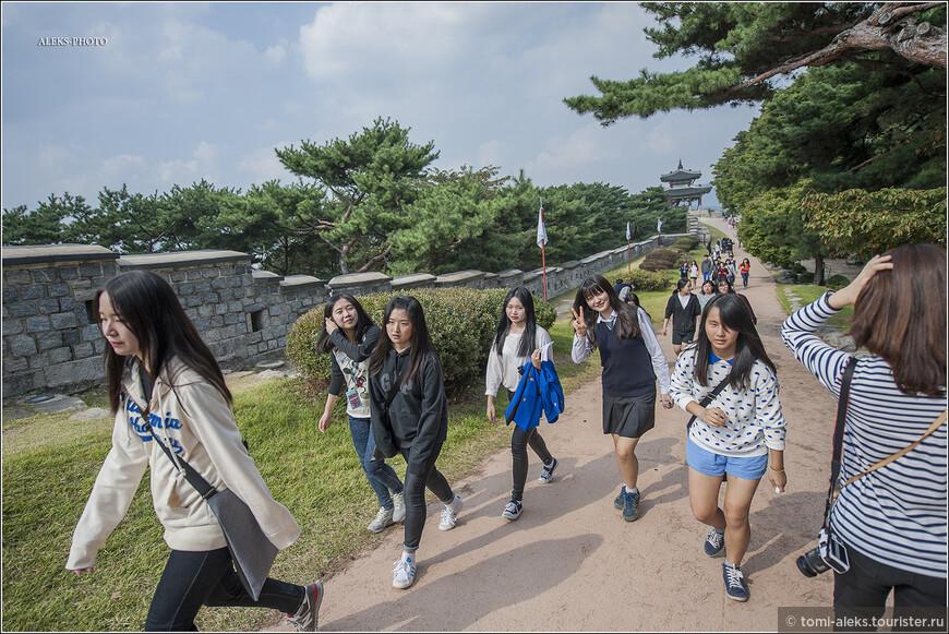 """Во всем этом фортификационном сооружении есть четыре главных входа. Названия звучат очень по-корейски: Хвасомун, Чананмун, Пхальтальмун, Чханёнмун. Судя по повторению в них слова """"мун"""", - это и есть - """"ворота"""". А остальное имеет отношение к сторонам света..."""