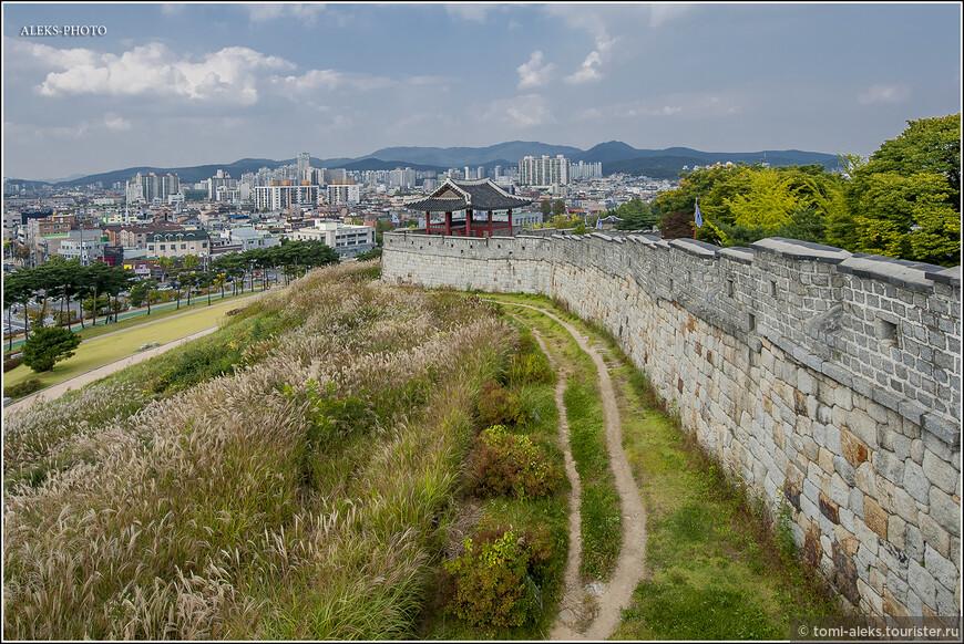 Изнутри стены кажутся не высокими, но их высота видна снаружи крепости и составляет от 4 до 6 метров в разных местах... Вот тут как раз хорошо видно внешнюю сторону стен. Снаружи, оказывается, тоже идет тропинка.