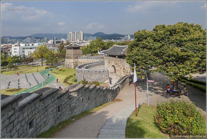 Приближаемся к одному из входов в крепость. Судя по нагромождению строений, он красивый снаружи. Но мы туда выходить не будем. Нет времени. По-хорошему, здесь надо гулять весь день.