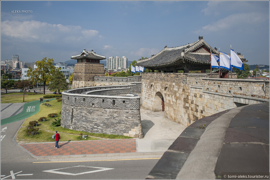 В этих башнях, судя по всему, жили стражники. Отреставрированные строения очень даже хороши. Вдоль внешней стены по зеленой дорожке здесь ходит мини-поезд для туристов.
