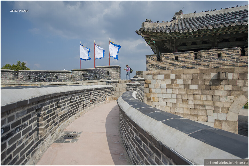 Гамма крепости, как мы видим, серо-желто-коричневая. Что означают эти флаги - не скажу. Раньше вход в крепость был платным. Наверно, с тех пор, как ее взяло под крыло Юнеско, - проходите свободно в любом направлении...