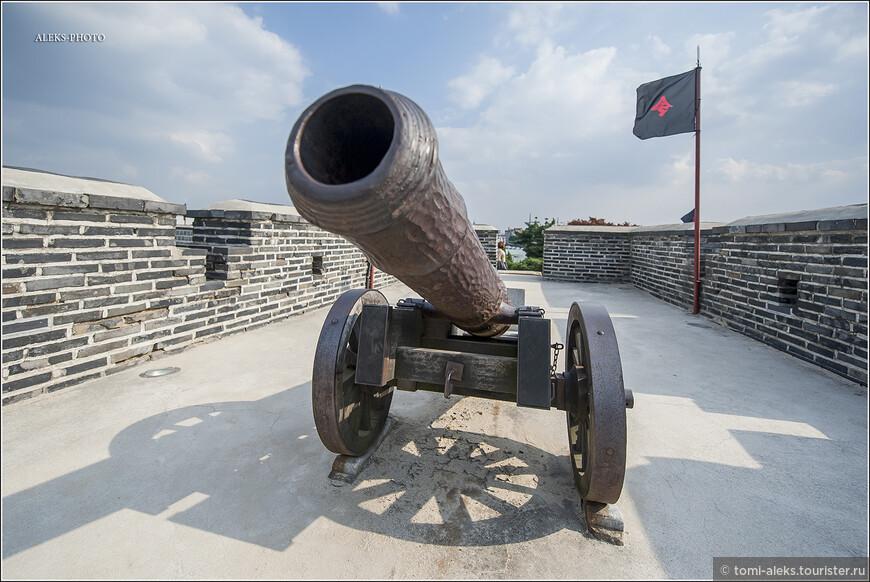 """В другом месте я встретил название """"Сувонский Алькасар"""". Так в Испании именуют города-крепости. Интересные черные флаги с красными иероглифами. Почти как у пиратов."""