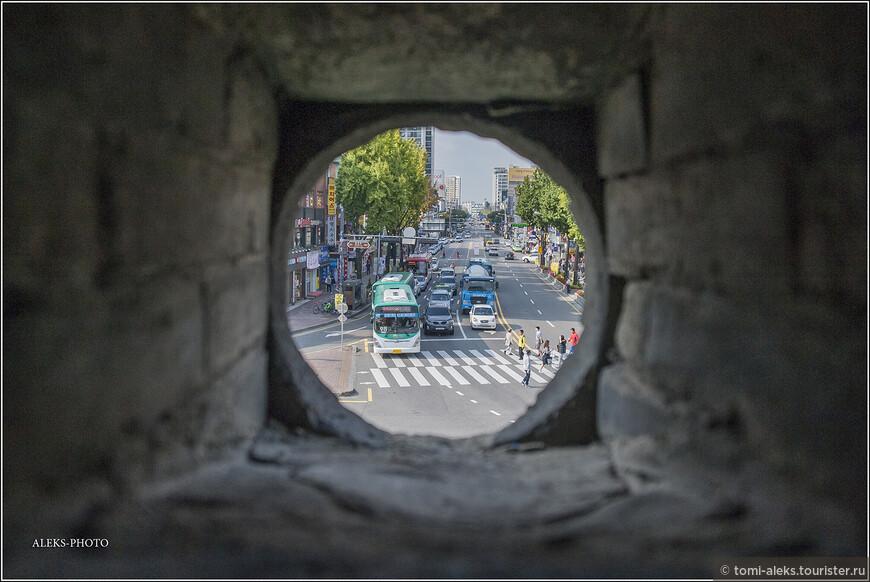 """Посмотрим на современный город через этот дозорный """"глазок"""" в крепостной стене."""