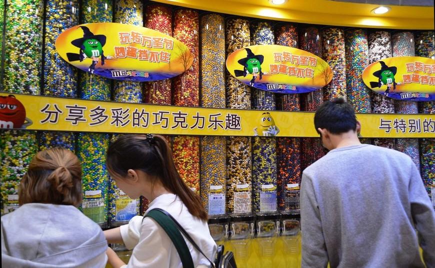 В The Great Wall of Chocolate можно увидеть эмэмдэмсики нестандартных цветов - таких, каких вы никогда не встретите у нас в магазинах