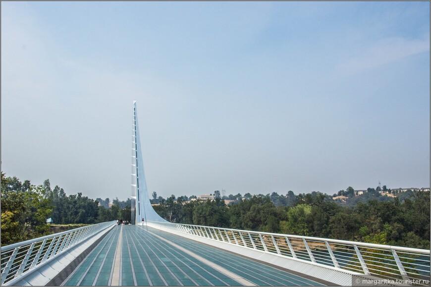 И мост Сандиал яркое этому подтверждение. Все дело в том, что солнечное имя этот консольно-вантовый мост для велосипедного и пешеходного движения получил по совместительству с функцией гигантских солнечных часов. Или наоборот, это не только гигантские солнечные часы, но и  пешеходный мост. Причем, самые большие солнечные часы в мире, к тому же действующие.