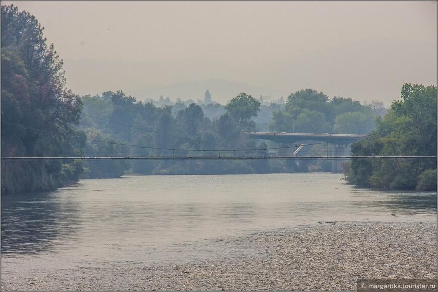 там видет ещё один (старый) навесно мост через реку, а так же транспортный мост на трансконтинетальном фривее № 5