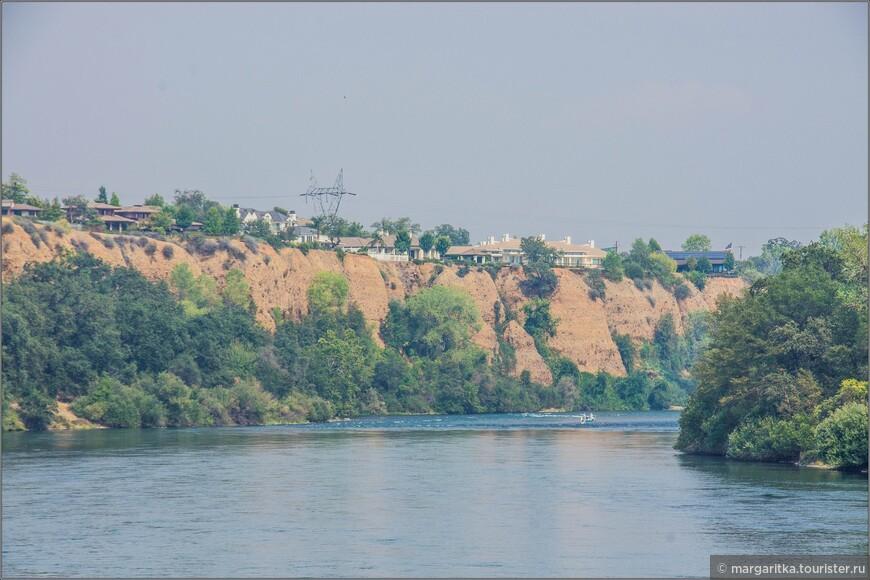 восточное направление течения р. Сакраменто от моста