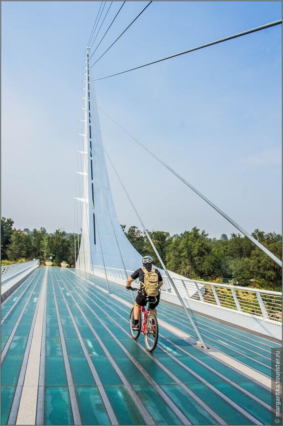 идти по прозрачному мосту не очень в кайф, хотя местные уже по привычке не обращают на это внимание.