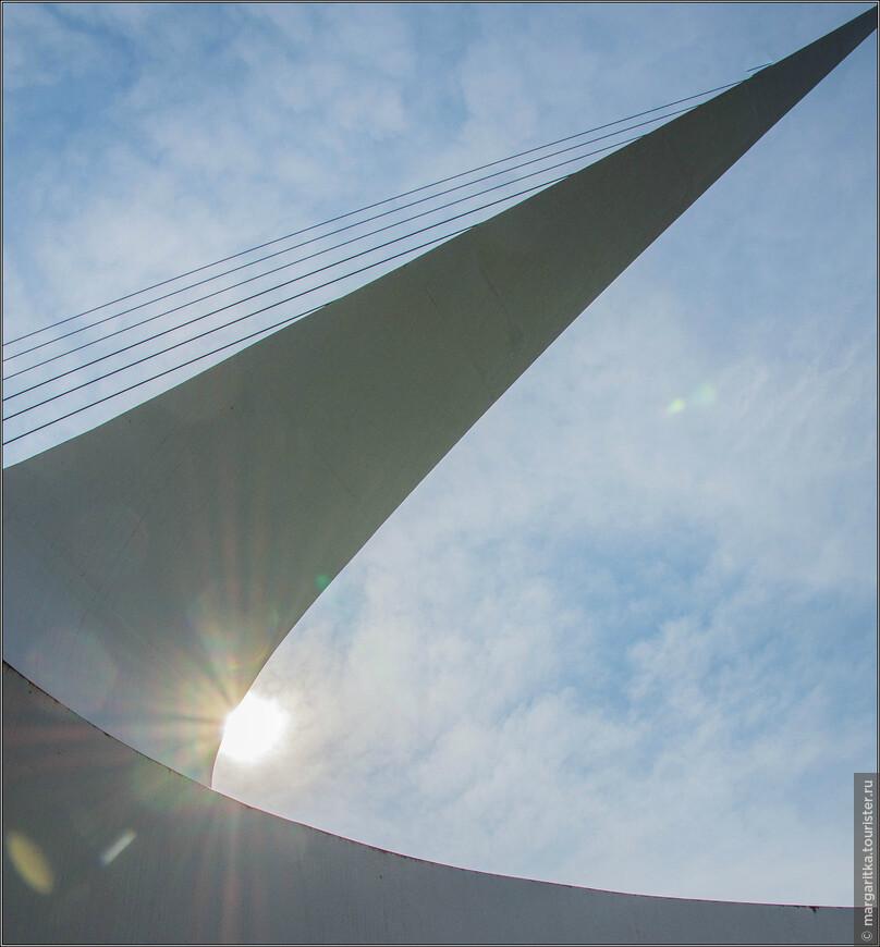 Мост официально признан самыми большими солнечными часами в мире. Это не смотря на то, что солнечные часы Тайбея 101 отбрасывают своим гномоном более длинную тень на прилежащую парковую территорию