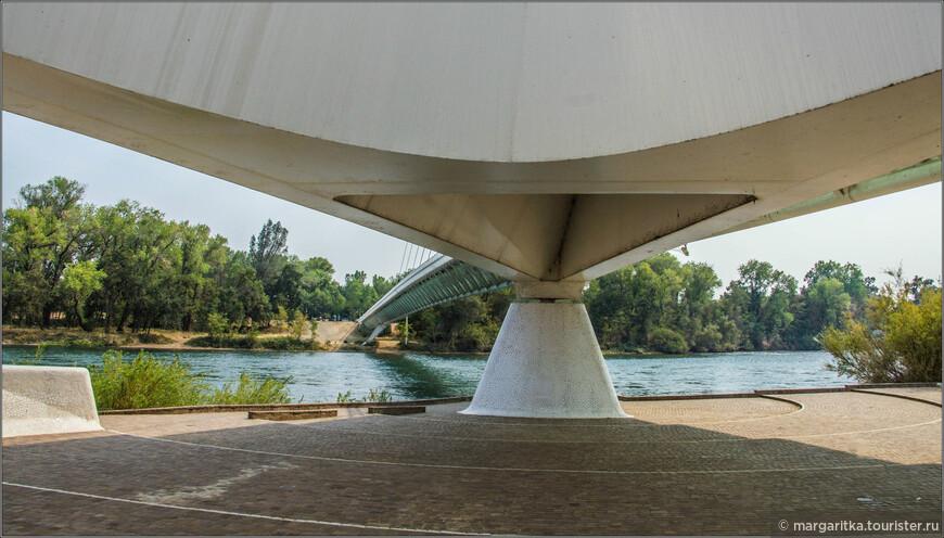 Этот удивительный мост сразу же после завершения строительства стал символом небольшого калифорнийского городка Реддинг. Строительство моста в этом месте реки собирались вести ещё в 1990 г. — тогда город выделил на проект $3 миллиона.
