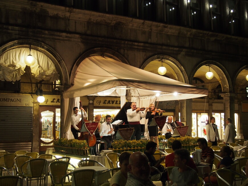 Музыканты на площади Сан-Марко вечером