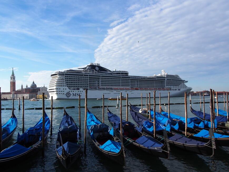 Круизный лайнер в Венецианской лагуне