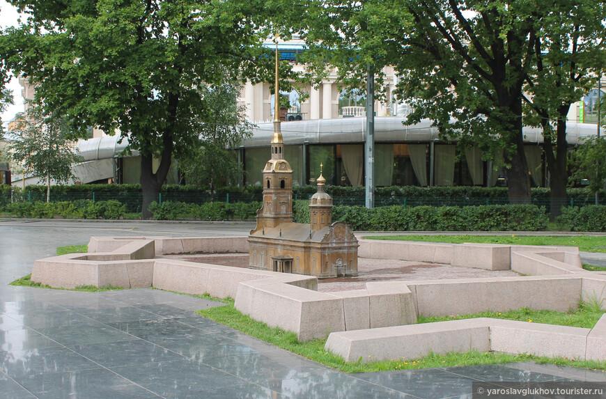 """В """"Мини-городе"""" представлены основные достопримечательности Питера. На фотографии — Петропавловская крепость и Петропавловский собор в центре."""