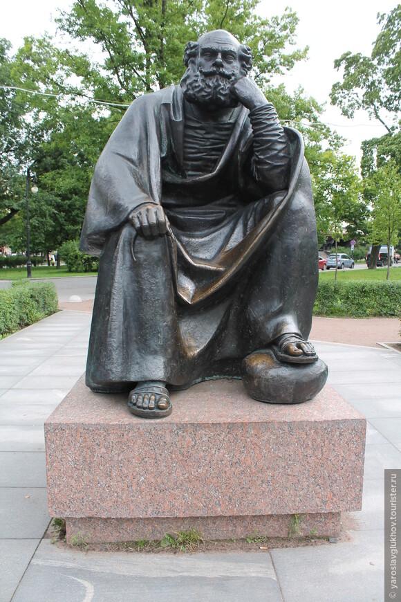 """Скульптура Святого Петра, небесного покровителя Санкт-Петербурга, установлена рядом с """"Мини-городом""""."""