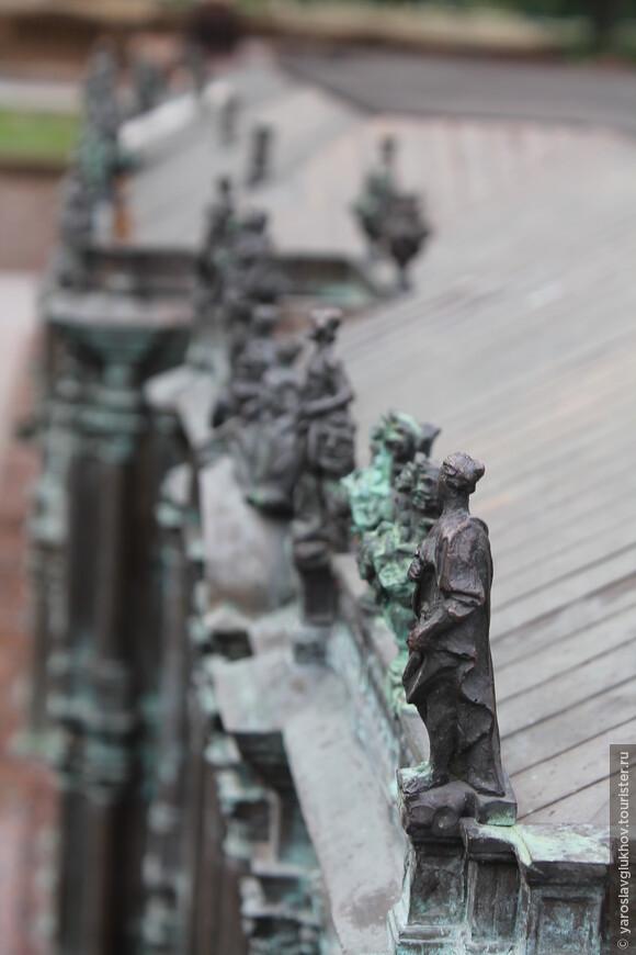 Скульптуры на крыше Зимнего дворца.