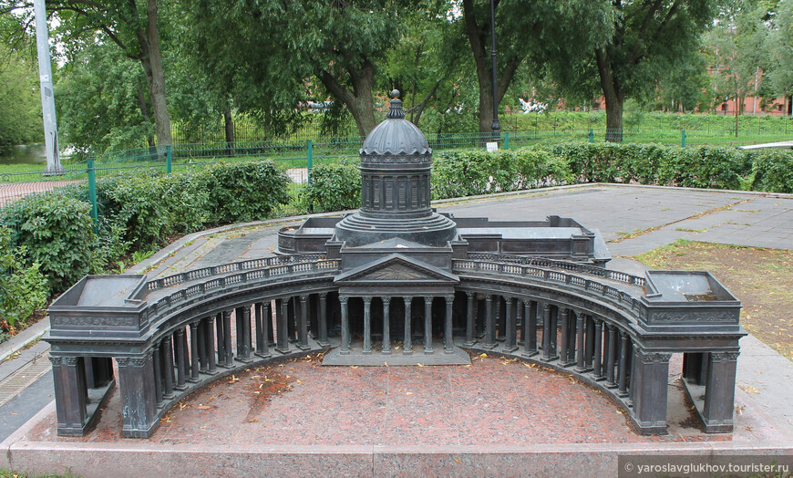 Казанский собор с известной колоннадой.