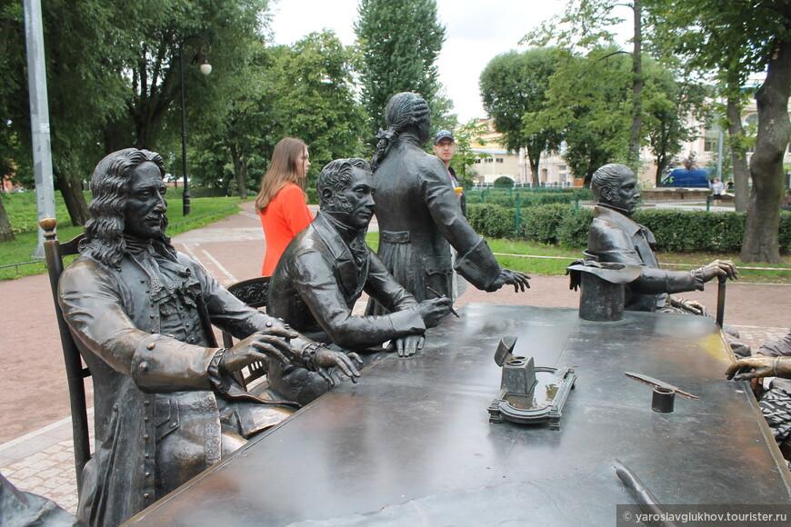 """Скульптурная композиция """"Зодчие"""" входит в состав """"Мини-города"""". На ней изображены такие известные архитекторы, как Растрелли, Росси, Трезини, Воронихин, Баженов и другие."""