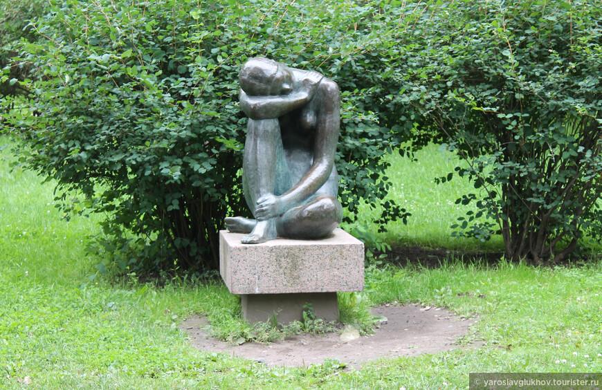 """Скульптура """"Сидящая девушка"""" в Александровском парке."""