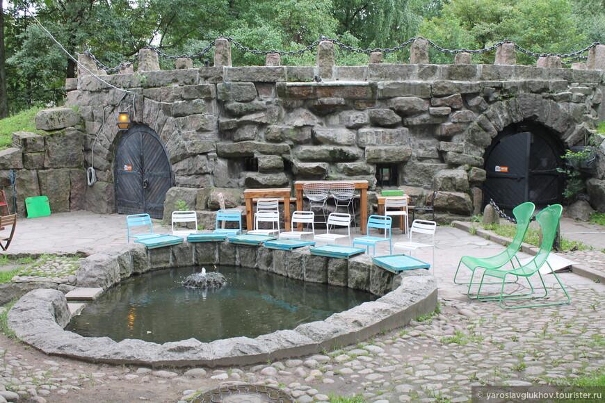 Кофейня у небольшого прудика с фонтаном.