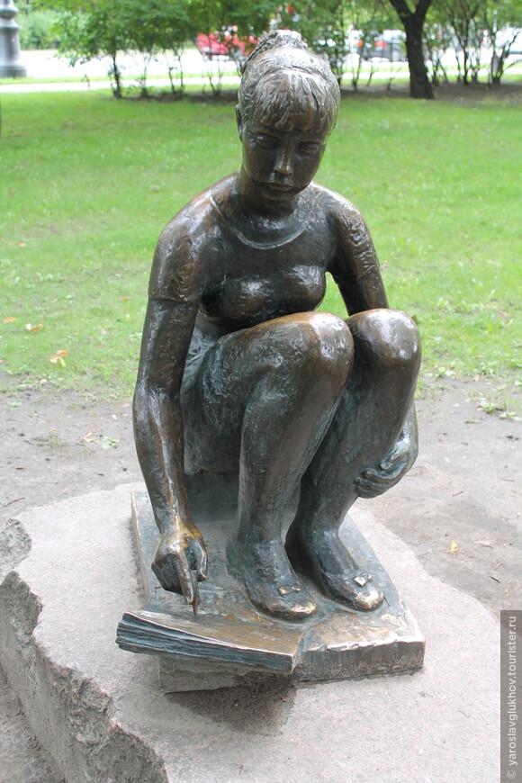 """Скульптура """"Рисующая девушка"""". Здесь я закончу наше знакомство с """"Мини-городом"""" и Александровским парком."""