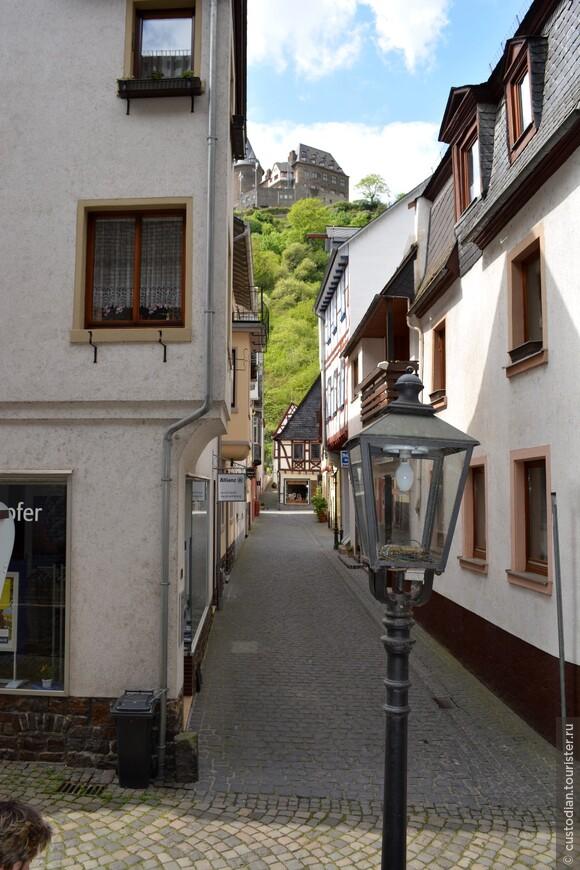 На заднем плане открывается вид на Крепость Шталек (Burg Stahleck).
