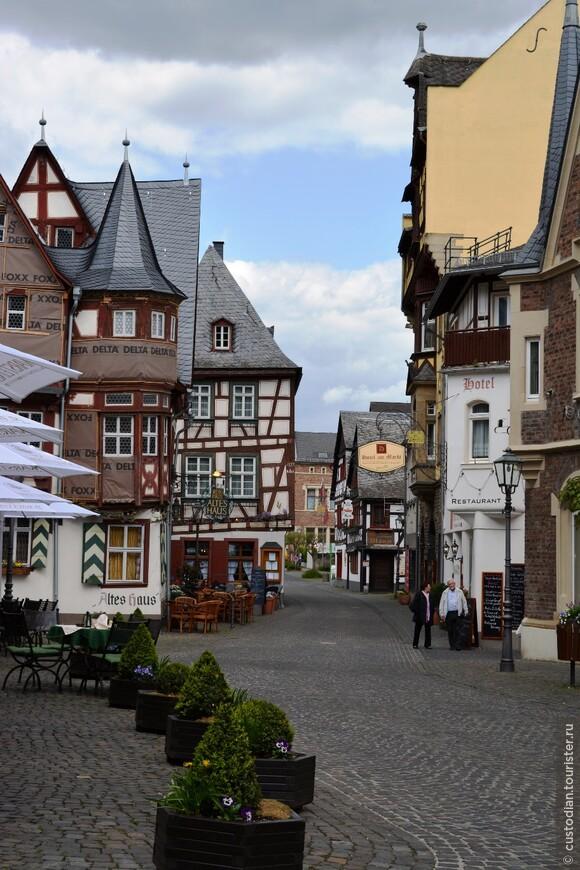"""слева можно увидеть """"Старый дом"""" (Altes Haus) или «Дом с четырьмя фронтонами» – великолепный образец фахверка 1568 года постройки."""