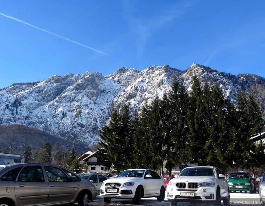 Вид на горный массив с парковки у станции канатной дороги