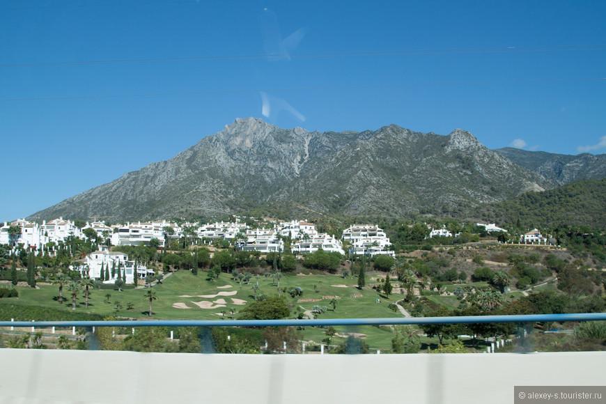 Вдоль побережья расположились многочисленные отели, апартаменты, гольф-клубы.