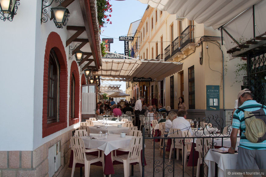 Как обычно - всюду масса отелей, ресторанов, готовых принять туриста.