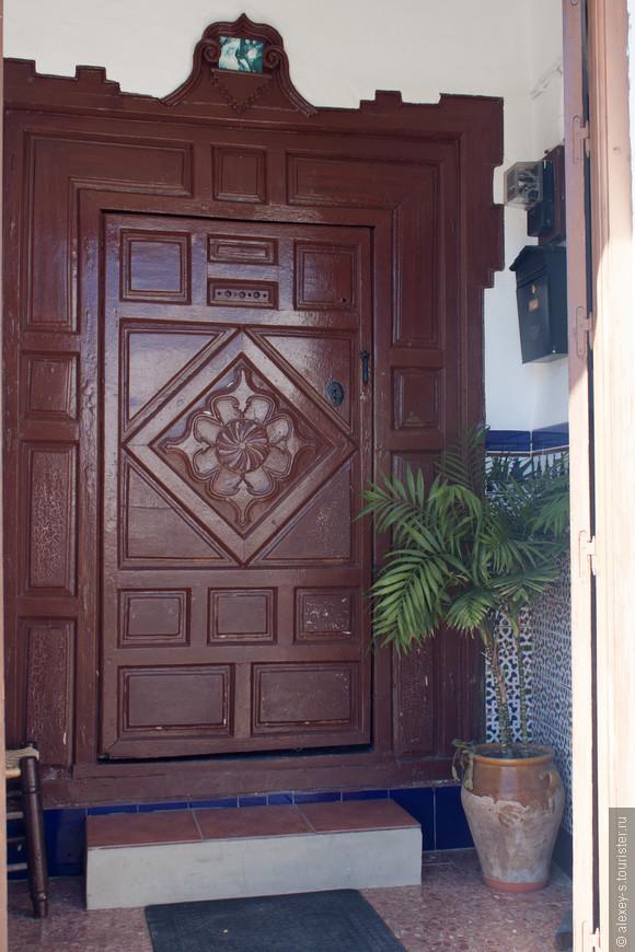 Когда-то вход в дом и дверь были очень важны для престижа - особенно, если снаружи кроме двери видны только белые гладкие стены. В южной Испании столько разнообразия!