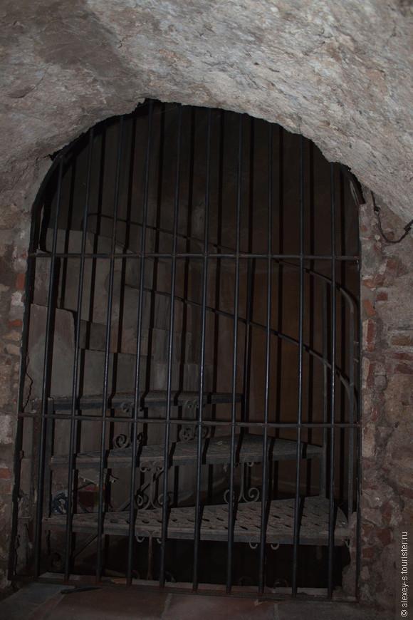 Ход из секретной шахты ведет прямо в Дом короля мавров, но сейчас из-за реставрации он перекрыт.